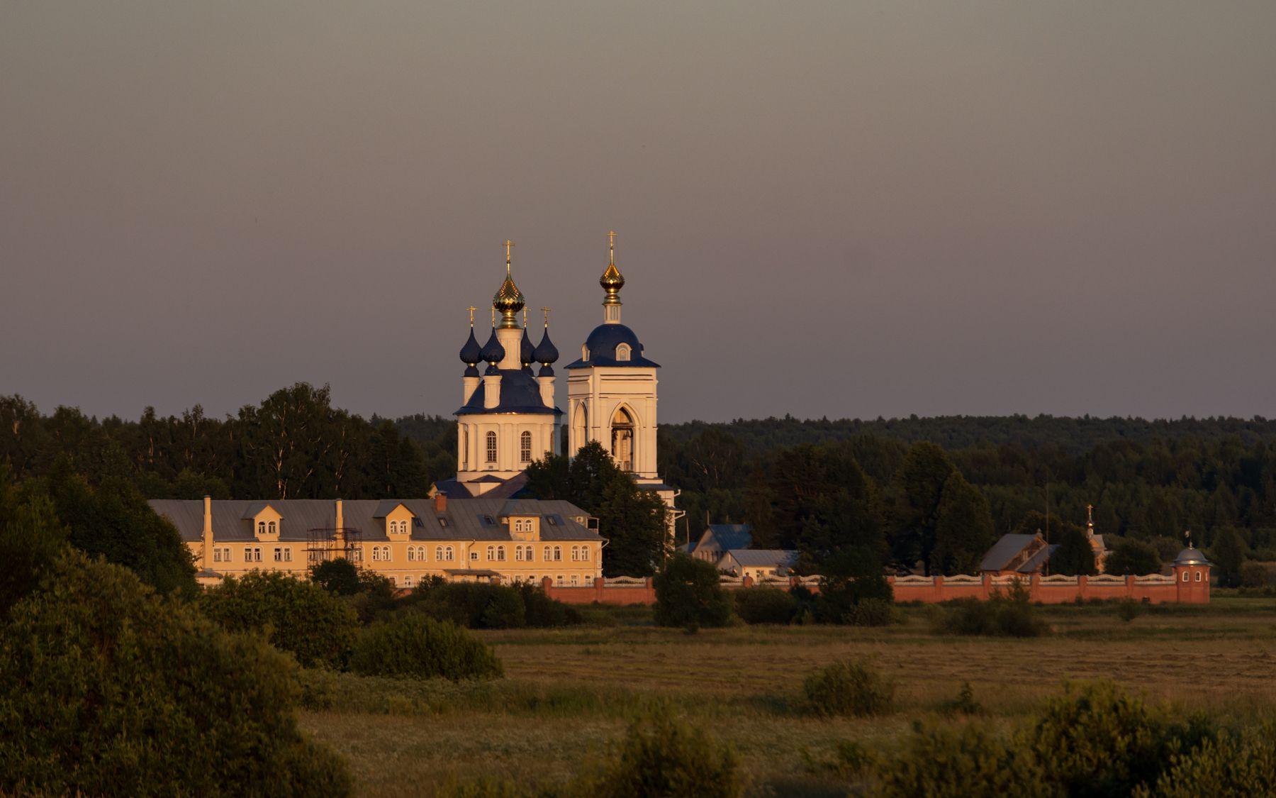 В лучах заходящего солнца монастырь Дунилово
