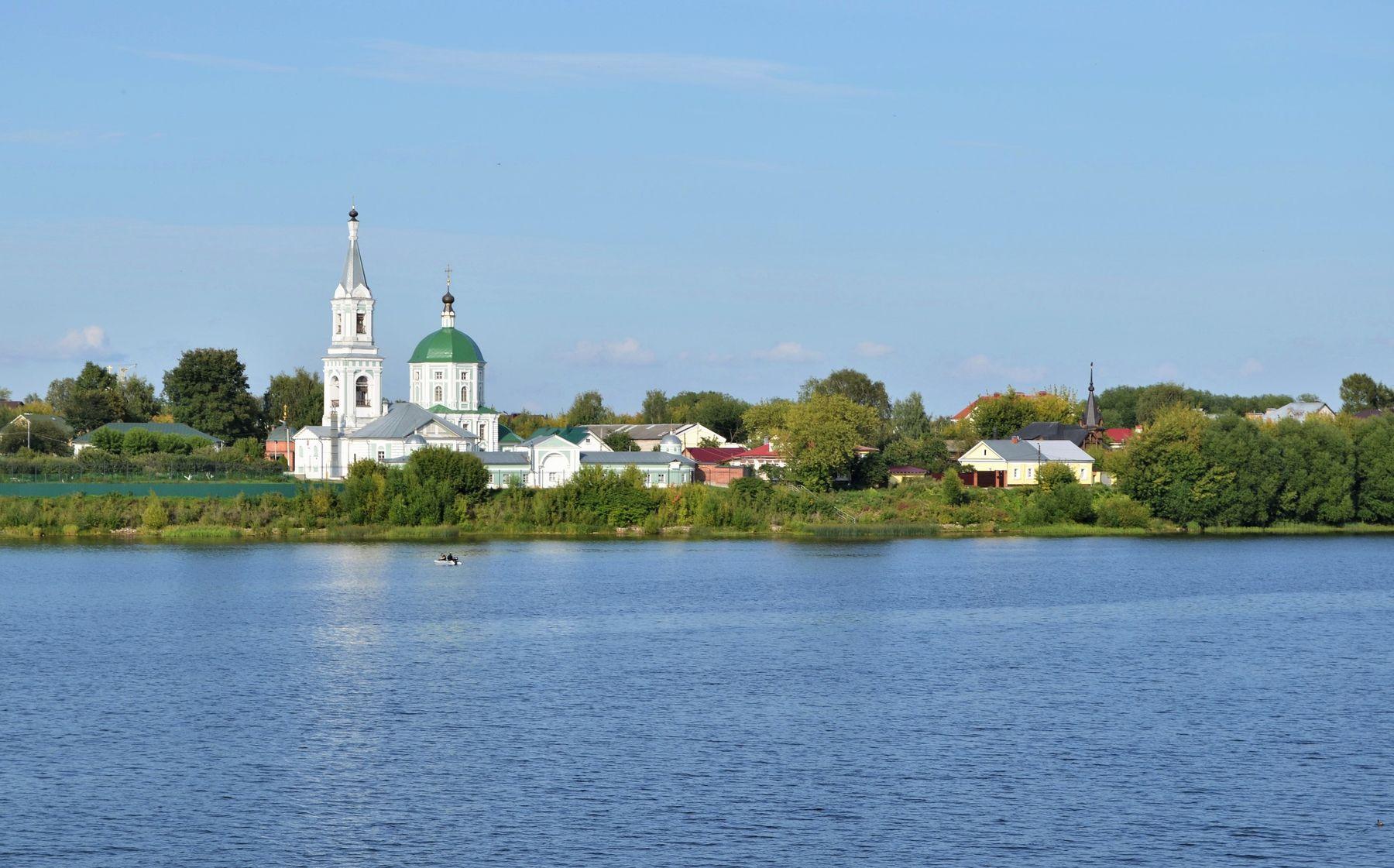 Тверь... Вид на Свято-Екатерининский монастырь.... Тверь город река Волга храм красота путешествие пейзаж