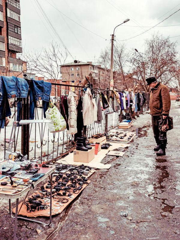 Из серии «Базарный день» Россия 2021 рынок базар покупки торговля стрит фото улица наблюдения жизнь шоппинг мужчина старое старье барахолка весна слякоть вещи лужи