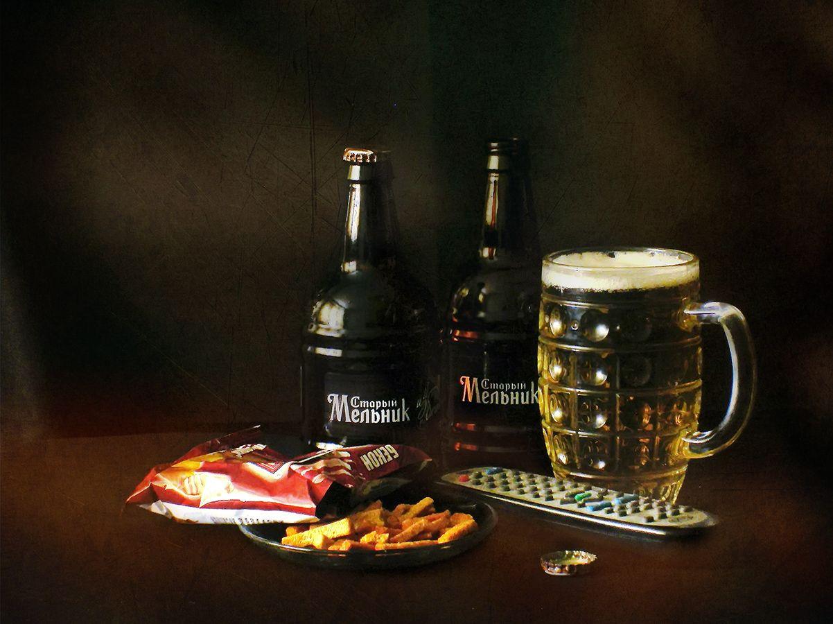 Мужской набор для выходного дня. Фотоэтюд. бутылки кружка пиво сухарики пульт этюд