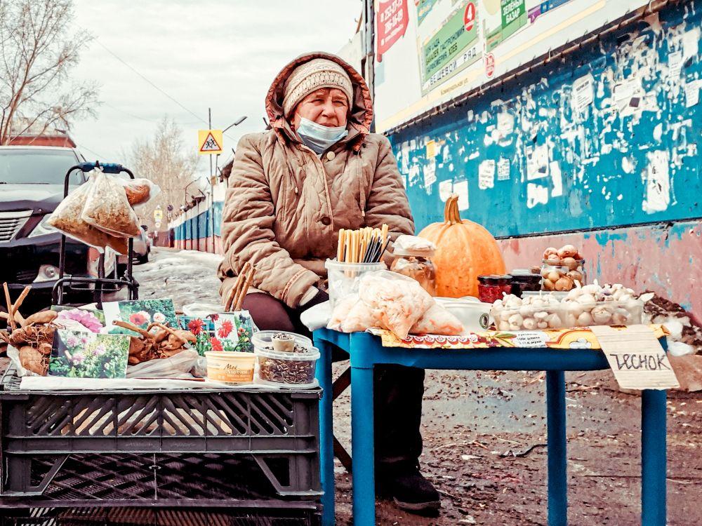 Свечи, тыква и чеснок 2021 Россия улица люди стрит фото фотограф экзистенция город наблюдатель будни рынок продавец свечи тыква чеснок бабушка странное