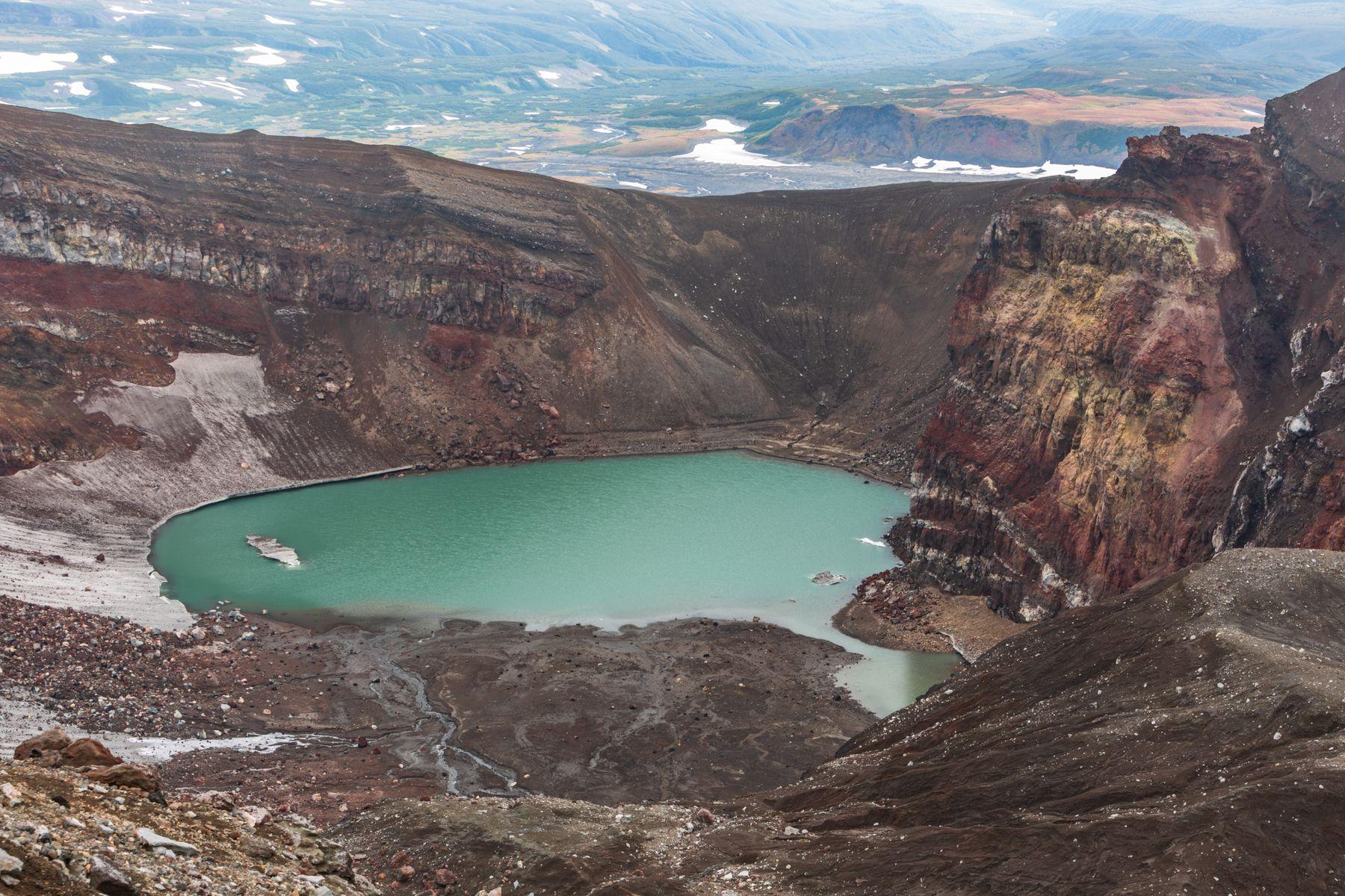 Кратерное озеро вулкана Горелый