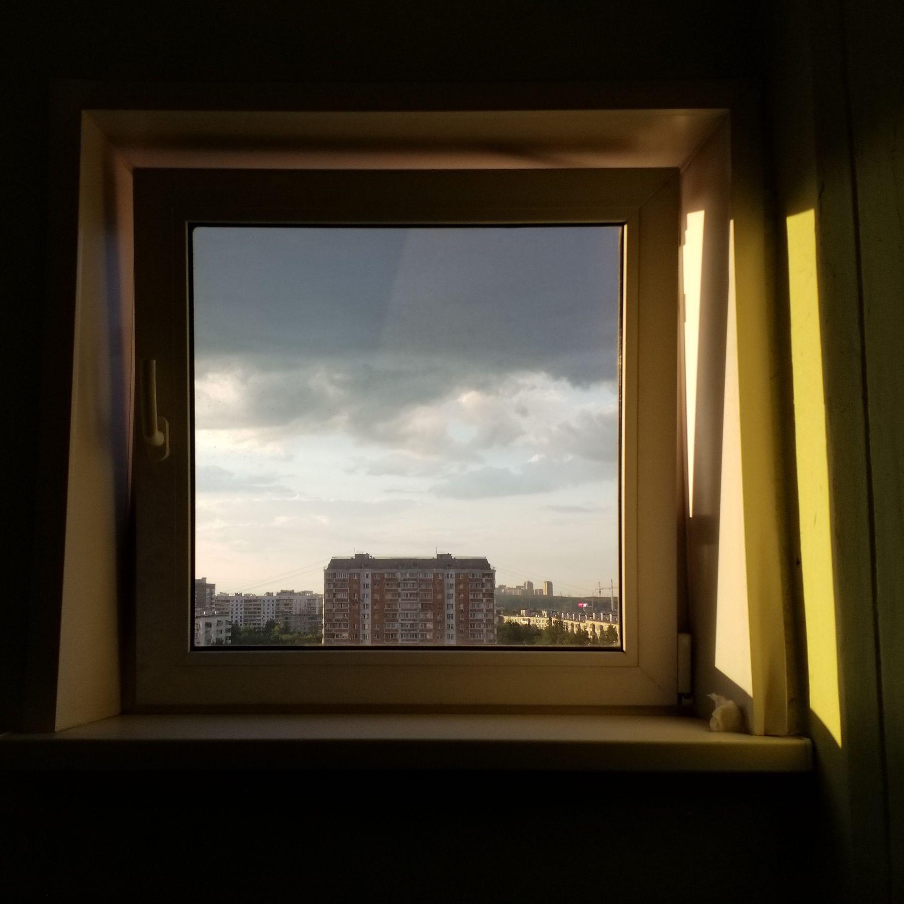картина дня в оконной раме Моя Москва