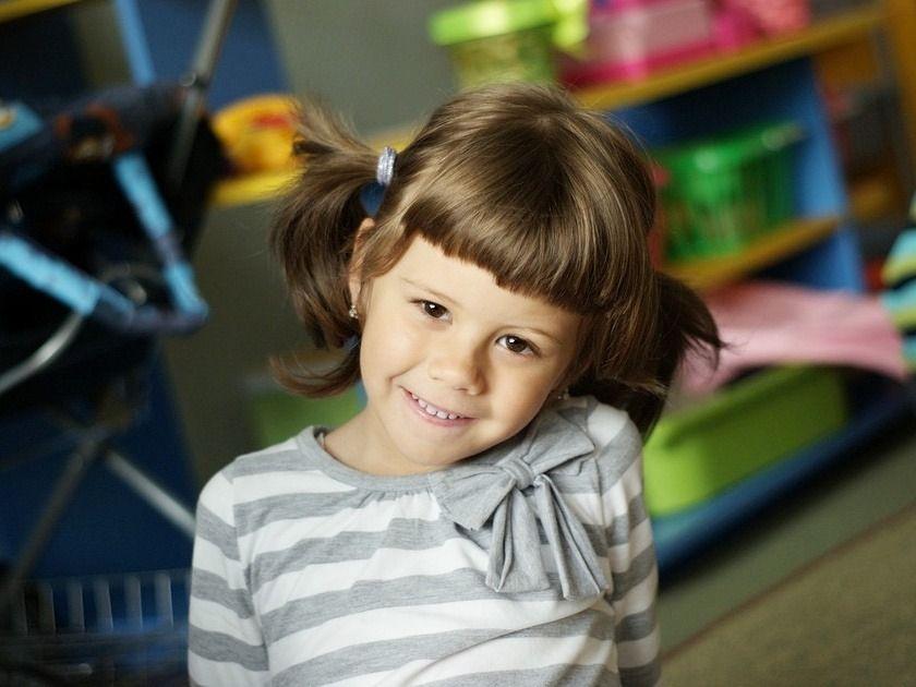Алина ребенок девочка играет улыбка