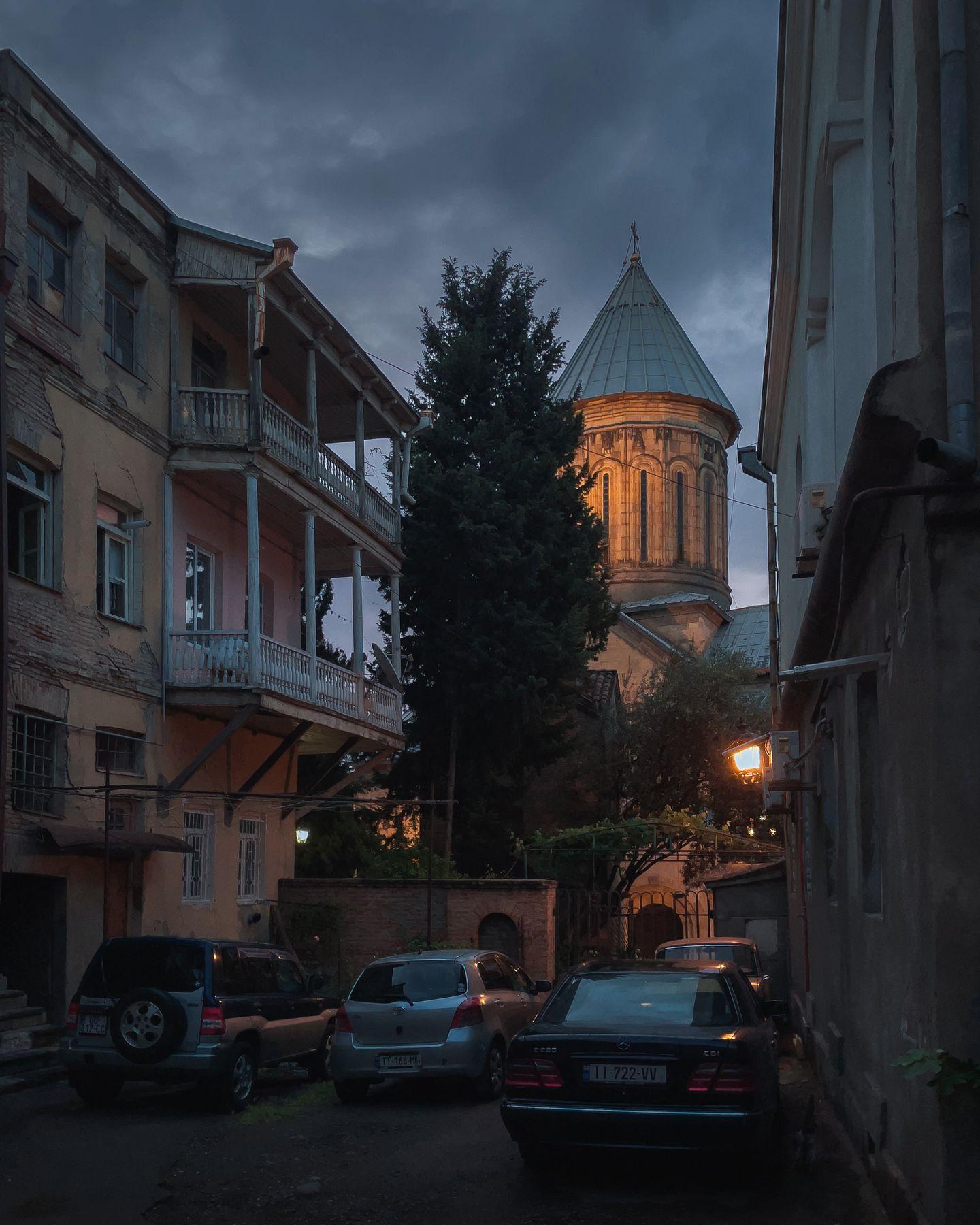 Окна во двор Тбилиси Грузия путешествие архитектура город городской пейзаж уличная фотография iphone 12 pro двор церковь ночь