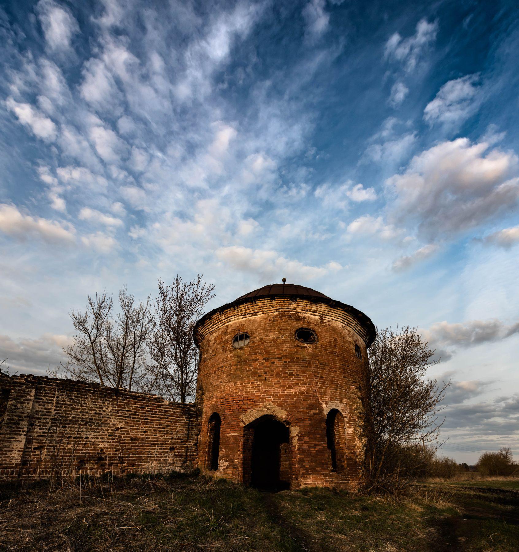 Сторожевая башня. Фрагмент развалин Сабуровской крепости в Орловской обл.