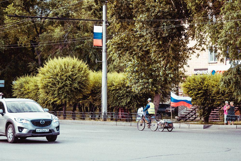 Из серии «Уличная экзистенция» Россия стрит фото улица люди фотограф наблюдения экзистенция город дорога путь флаг патриотизм праздник велосипед идеология