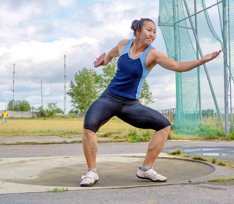 Спортсменка с диском (дискобольша?) Спорт легкая атлетика диск метания