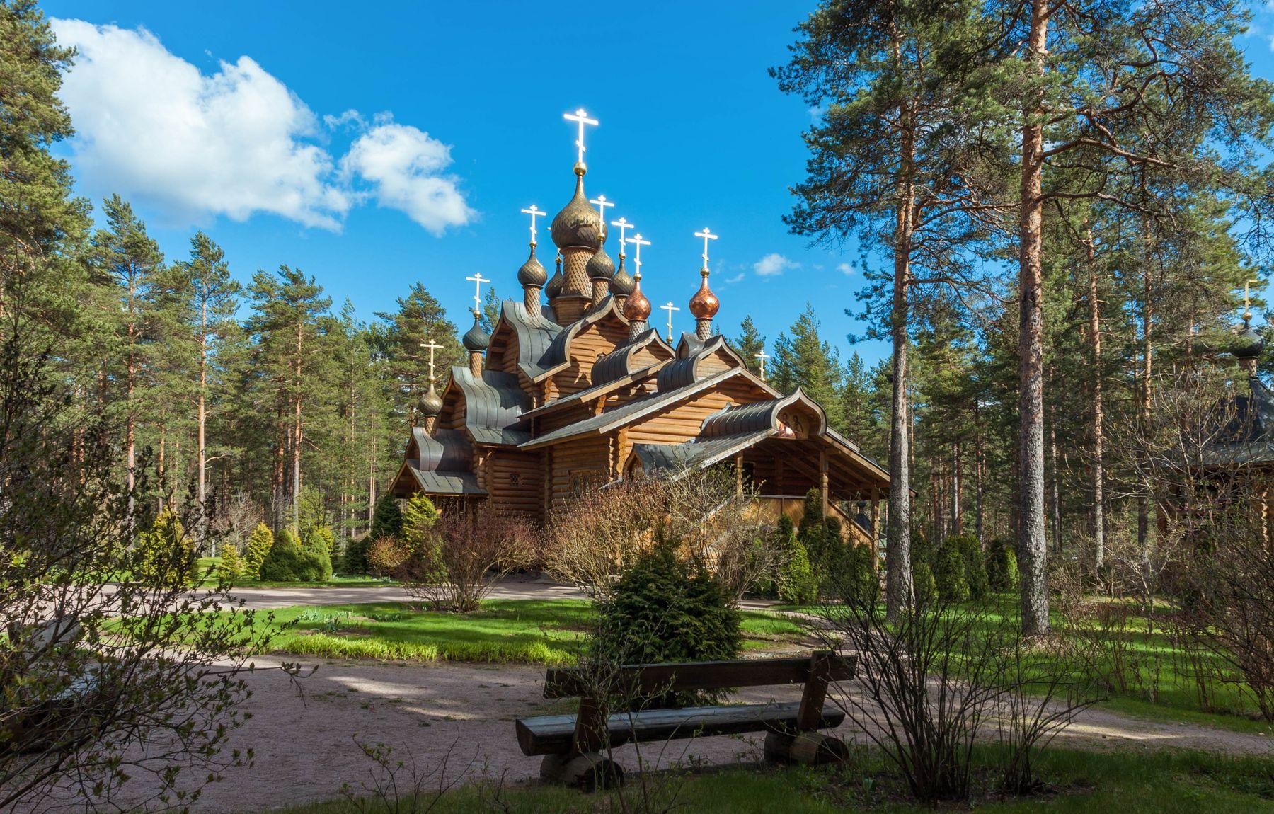 Солнечный весенний день и церковь Всех Русских Святых. Ленинградская область.