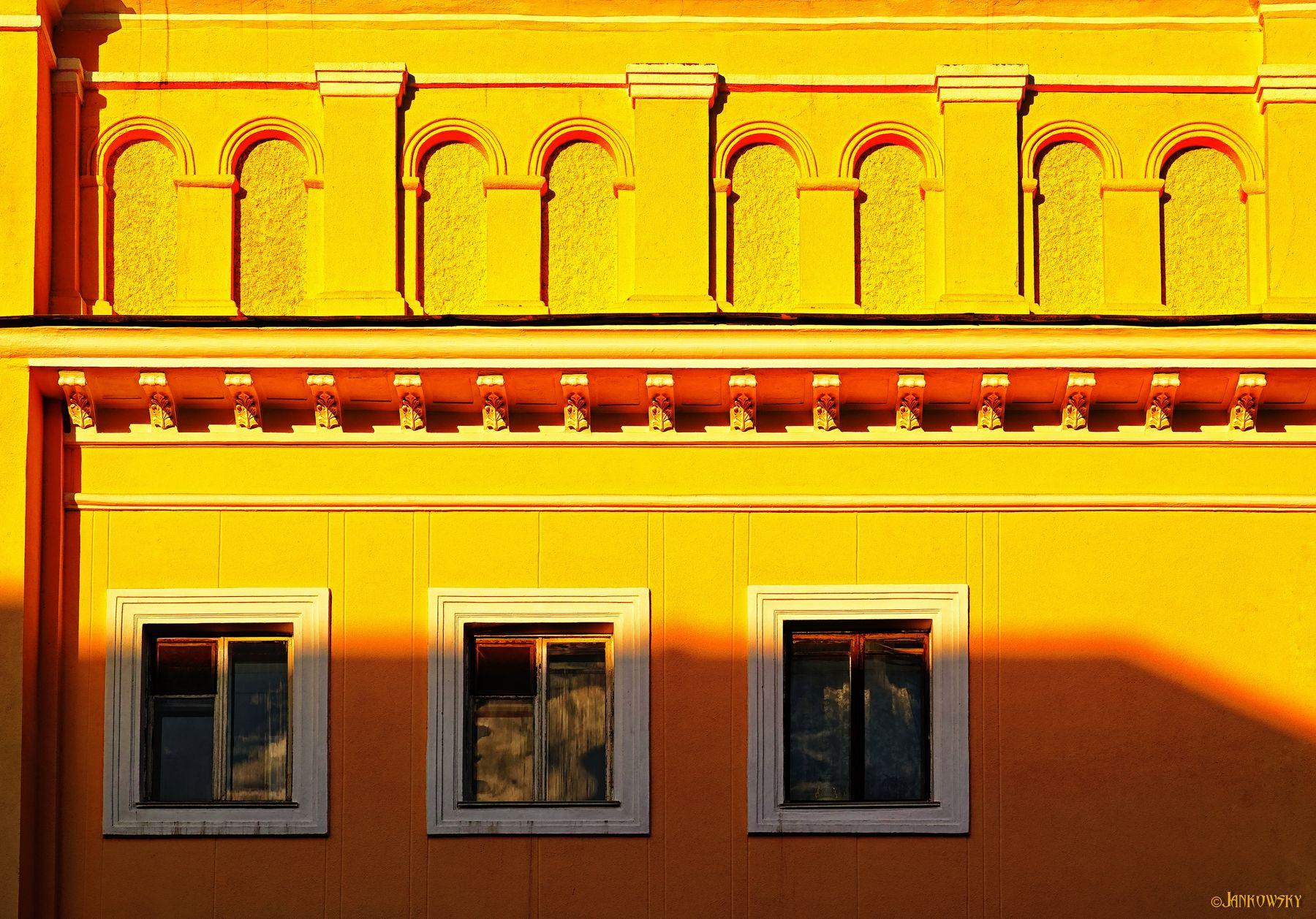 Эстетега омских фрагментов 7.06.20 омск фрагмент старый дом желтый арки три окна foveon sigma dp3 Quattro