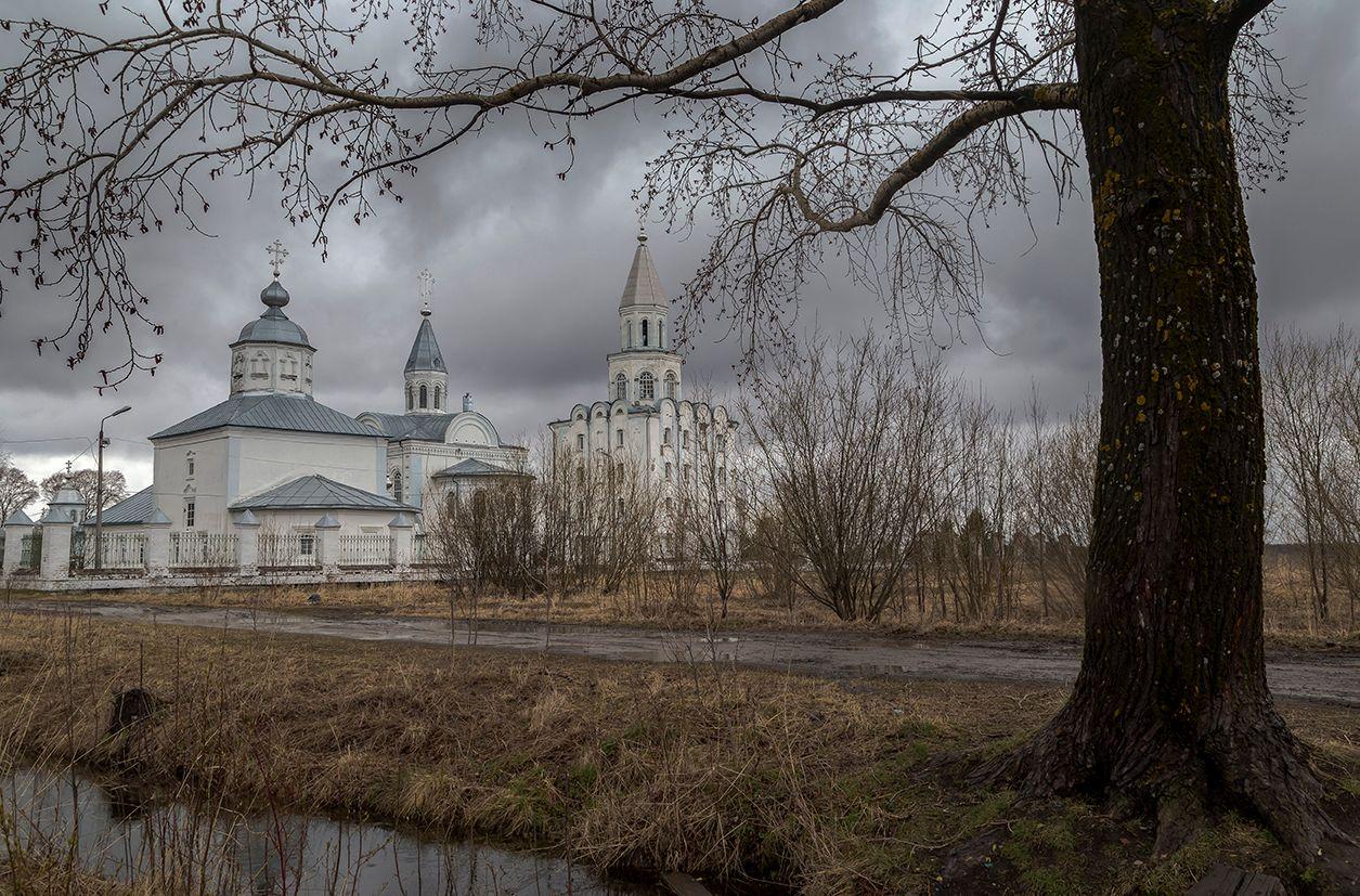 Холодной весной. храм монастырь посмурно небо дождь дерево дорога кустарник