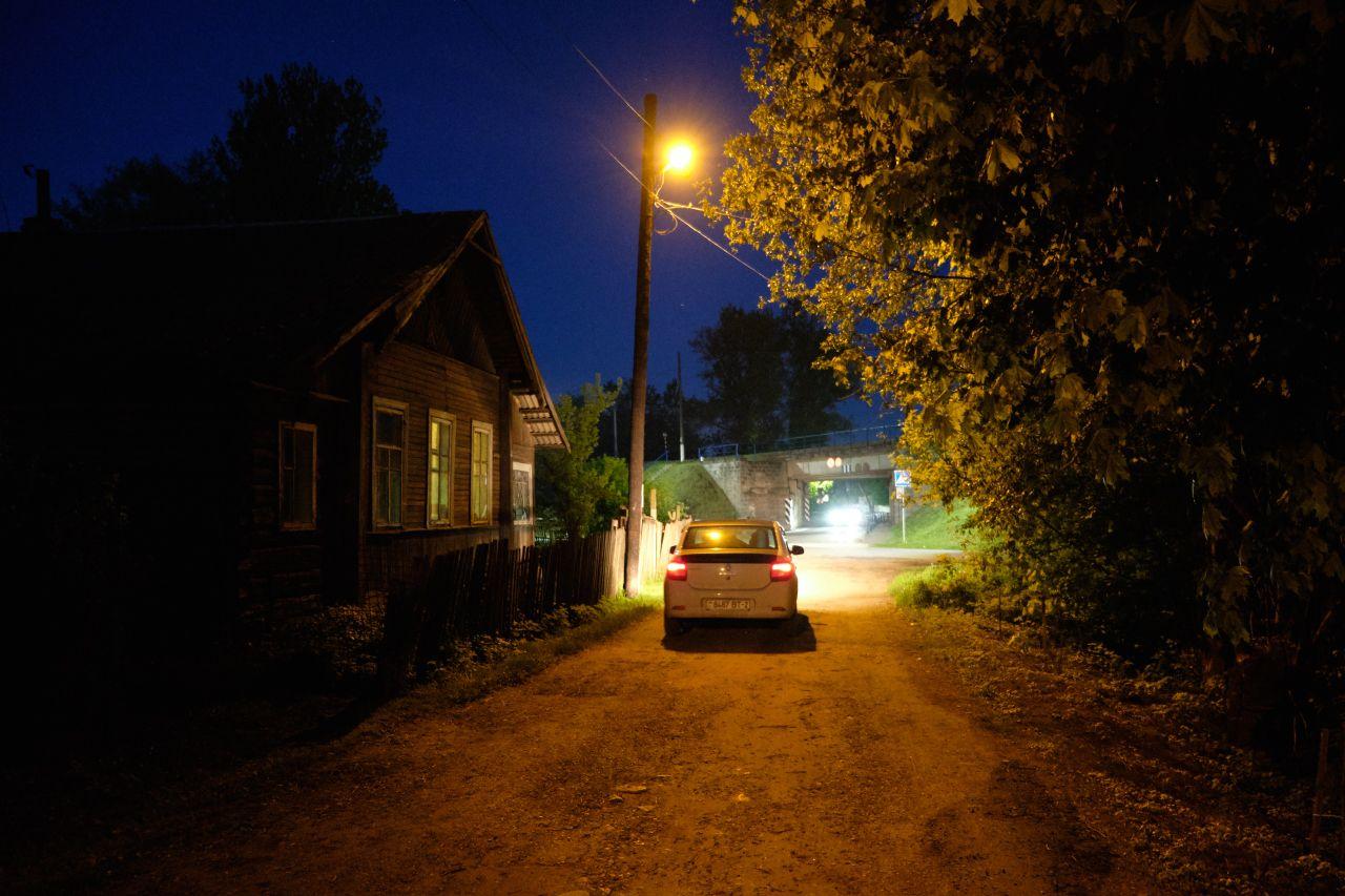 Вечер в пригороде 2 вечер улица дом автомобили фары деревья фонари виадук