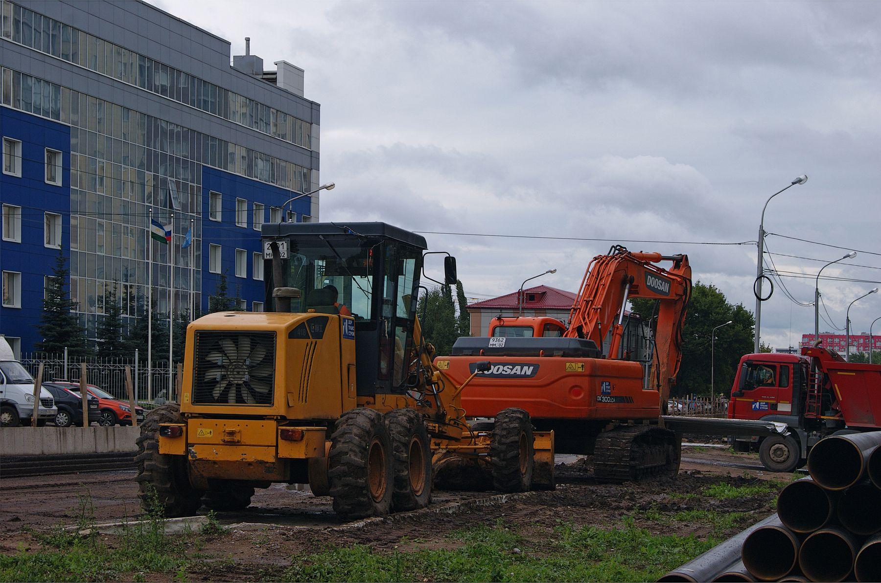 Пауза лето город стройка техника грейдер экскаватор грузовик