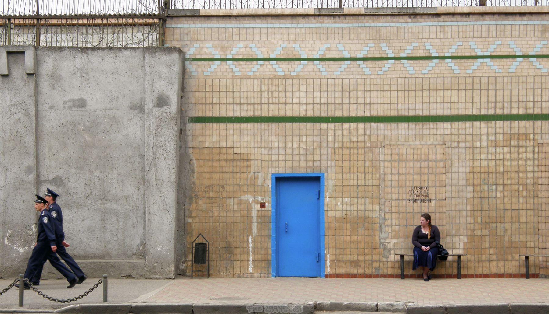 Стены 02. Ждёт сидельца. Стена зона женщина вертухаи дверь на свободу