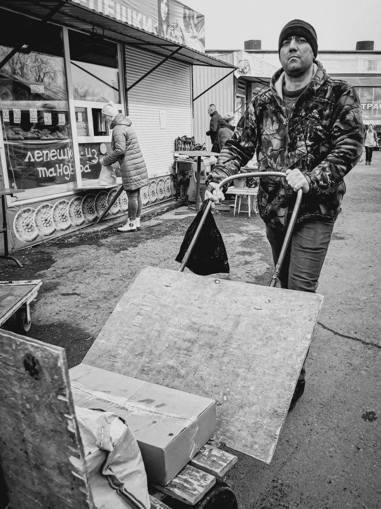 Из серии «Базарный день» Россия 2021 рынок базар покупки торговля стрит фото улица наблюдения жизнь тележка грузчик шагать мужчина руки ехать