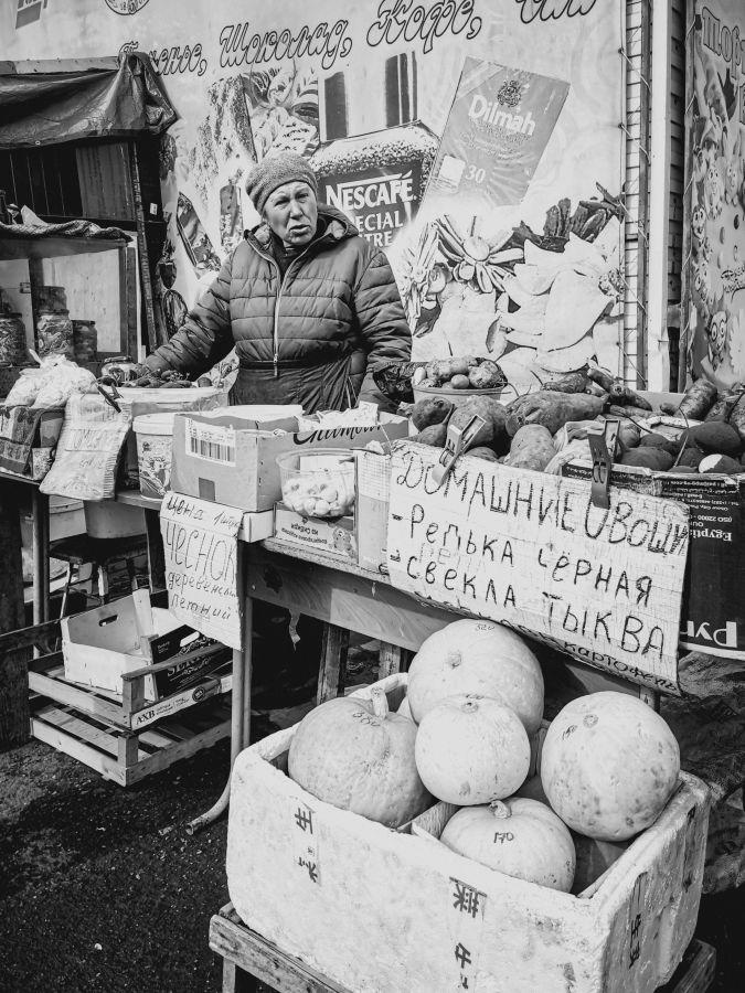 Из серии «Базарный день» Россия 2021 рынок базар покупки торговля стрит фото улица наблюдения жизнь продавец женщина покупка овощи тыква