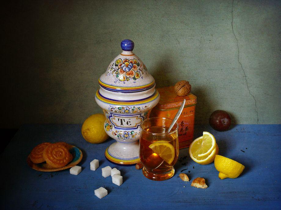 Чайный натюрморт чайная коробка банка сосуд с чаем лимон чай сахар