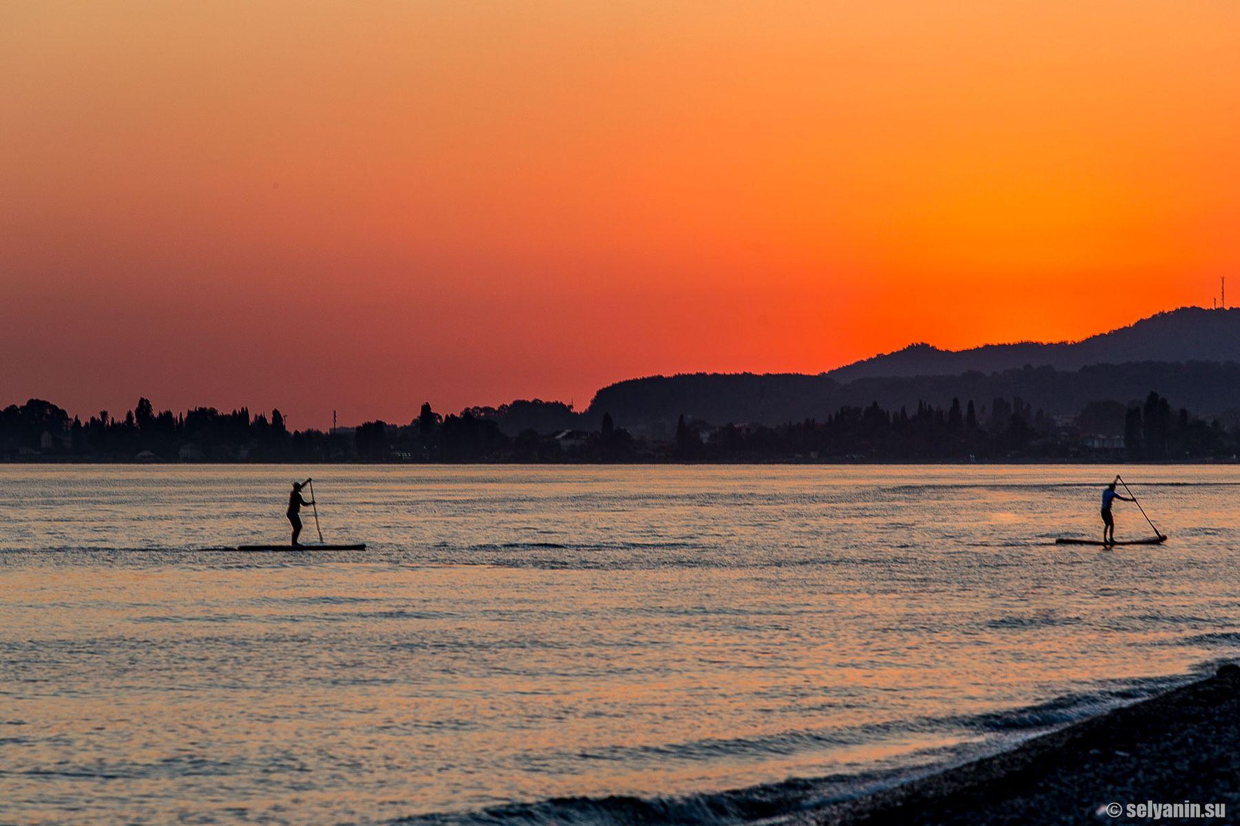 Идущие в закат сапсерфинг закат море Абхазия supboard sup supserfing sunset Апсны весло серфинг