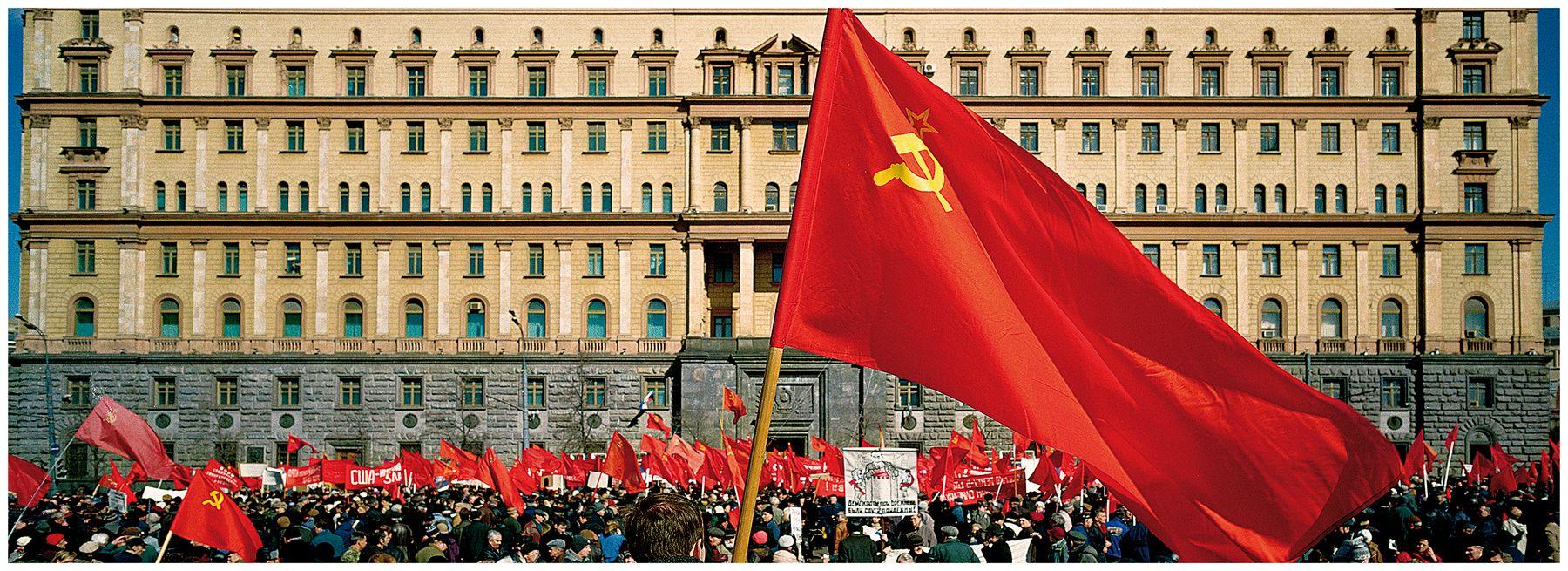 ***Это есть их последний и... КГБ Митинг красные знамена красное знамя толпа