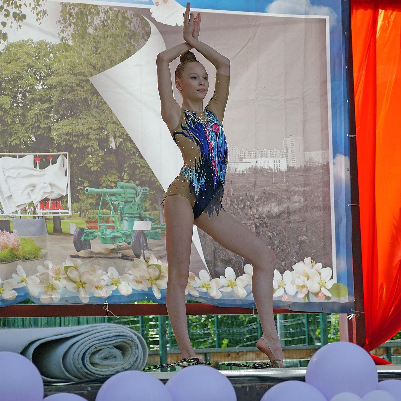 Юная гимнастка.