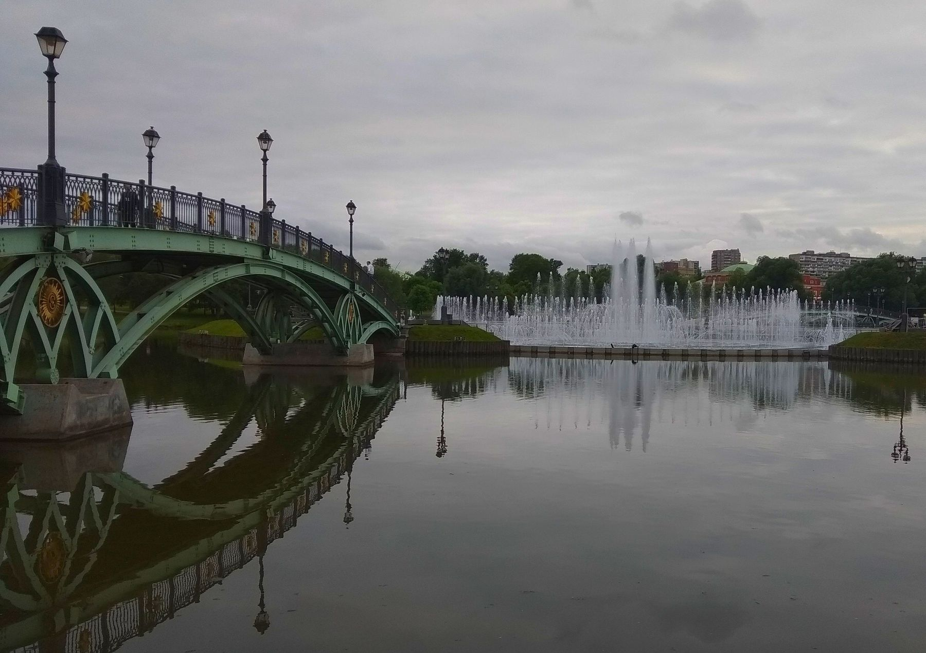 Фонтан в Царицинском парке Фонтан мост пруд Царицино