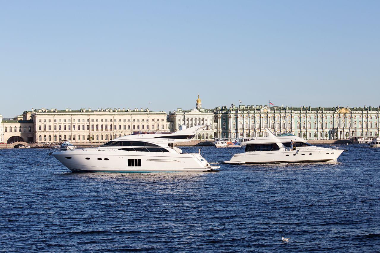 На Неве моторная яхта Princess