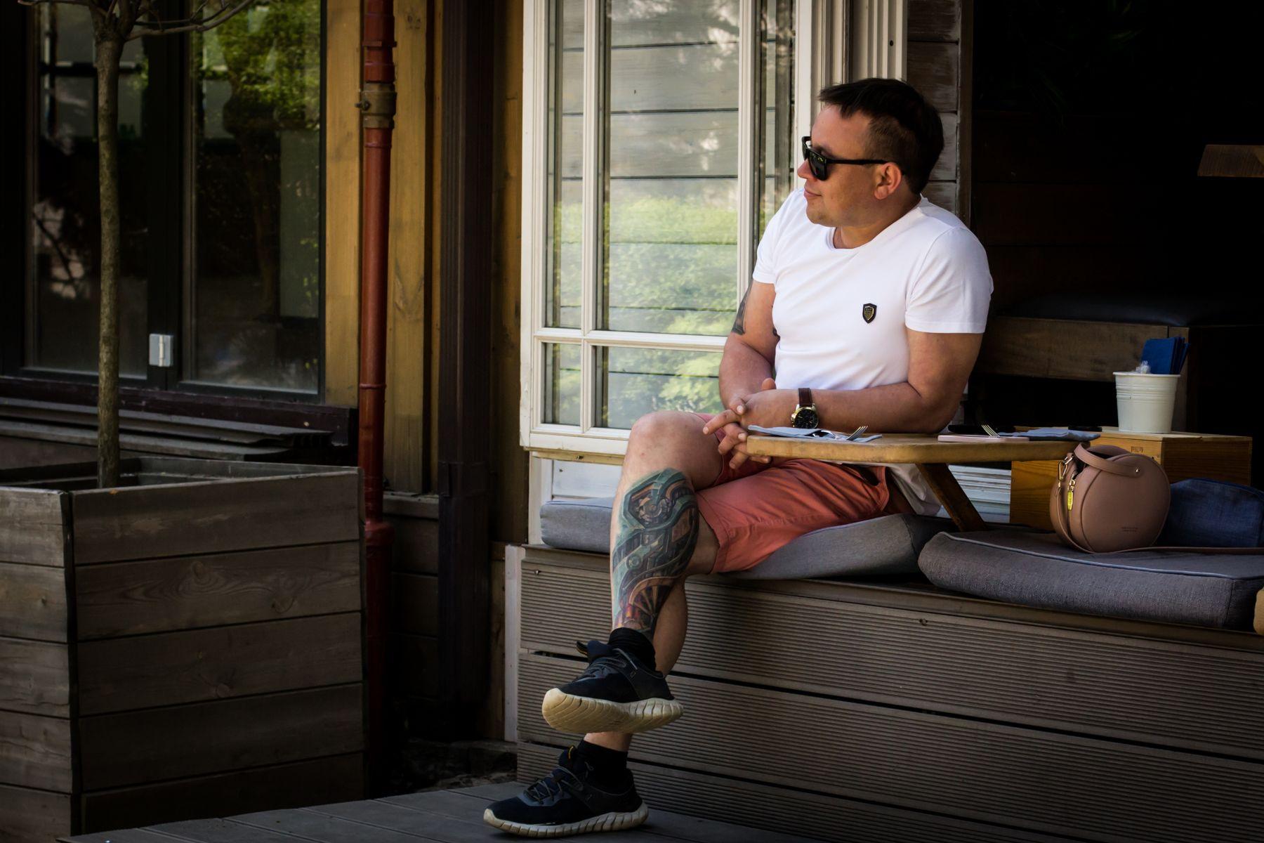 В ожидании завтрака парень тату кофе утром кафе весна сыроварня Власенко ростов выходные