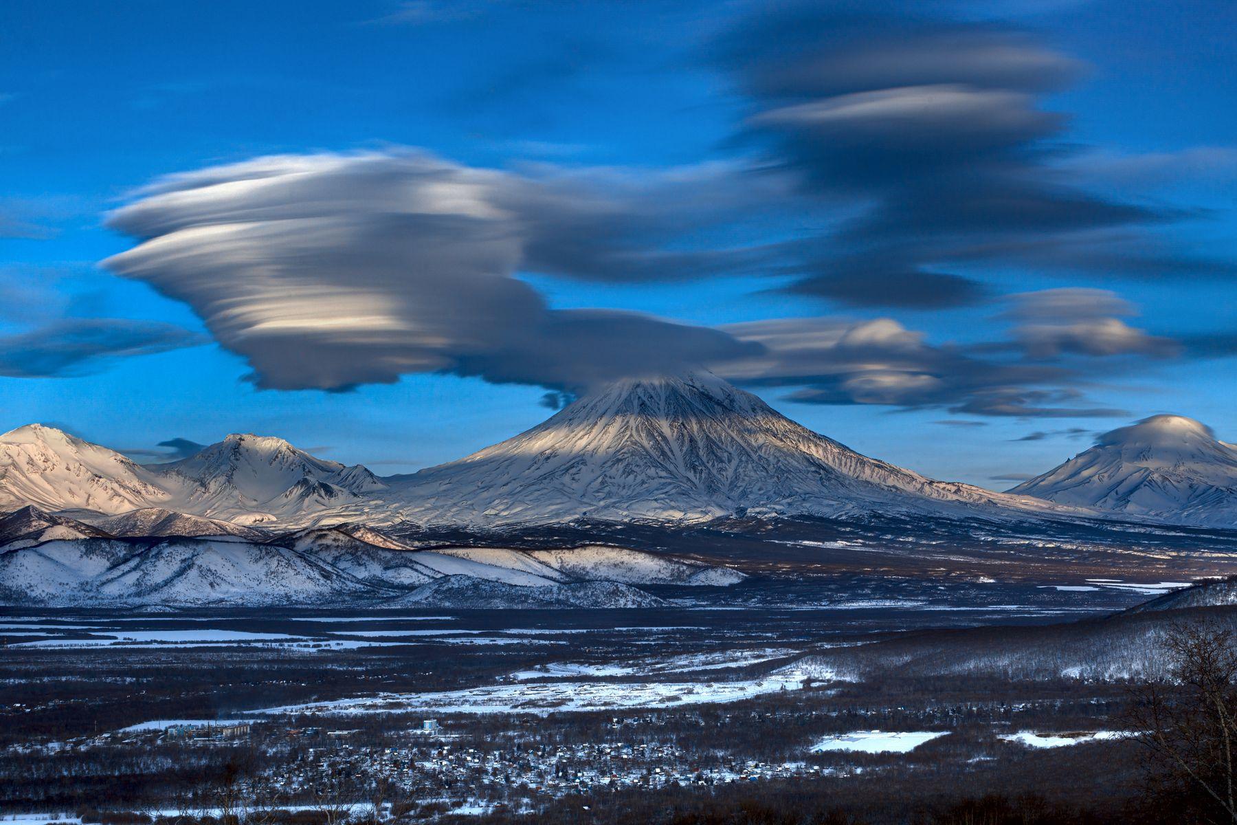 Корякский в окружении облаков