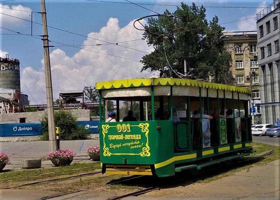 век прошлый уезжает на трамвае