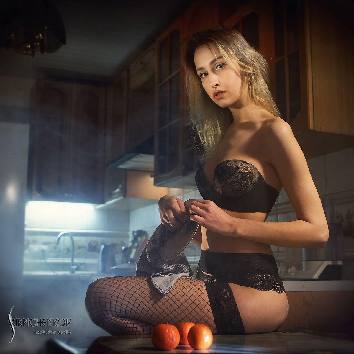 *** девушка посуда чулки белье кухня дым