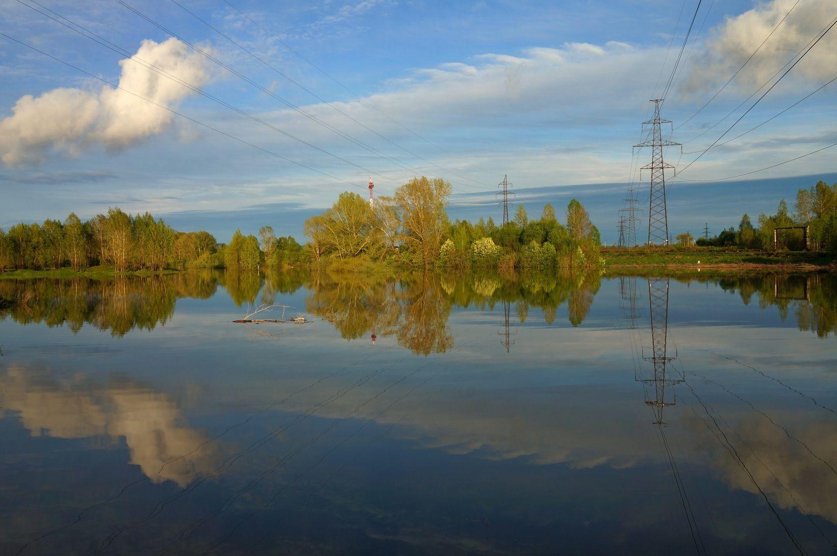 Разлилась весной река, затопила берега