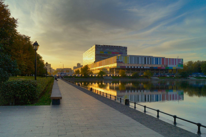 В лучах заходящего солнца Москва Останкино осень пруд вечер отражения телецентр