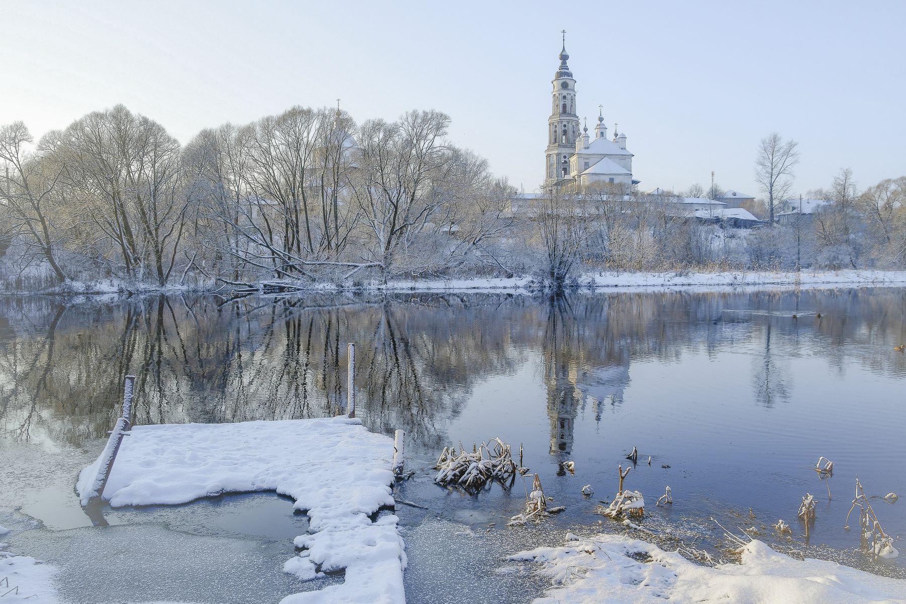 Полдень . Зимний пейзаж река храм утки мостки Лежнево