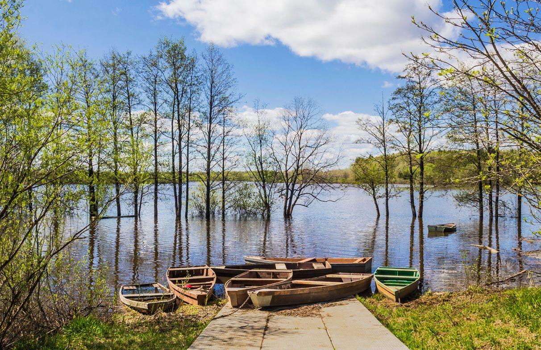Половодье Разлив половодье озеро Холуново лодки