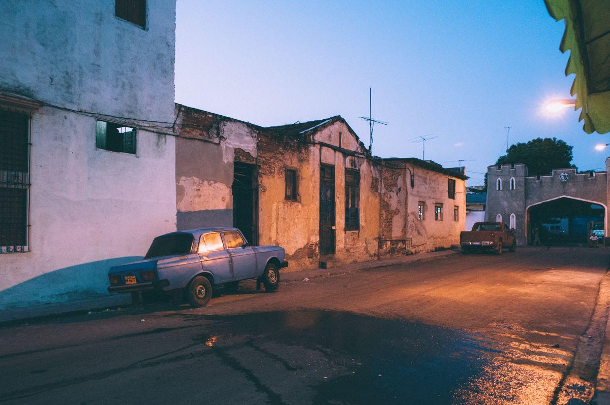 Сумерки куба Гавана олдтаймер уличное фото