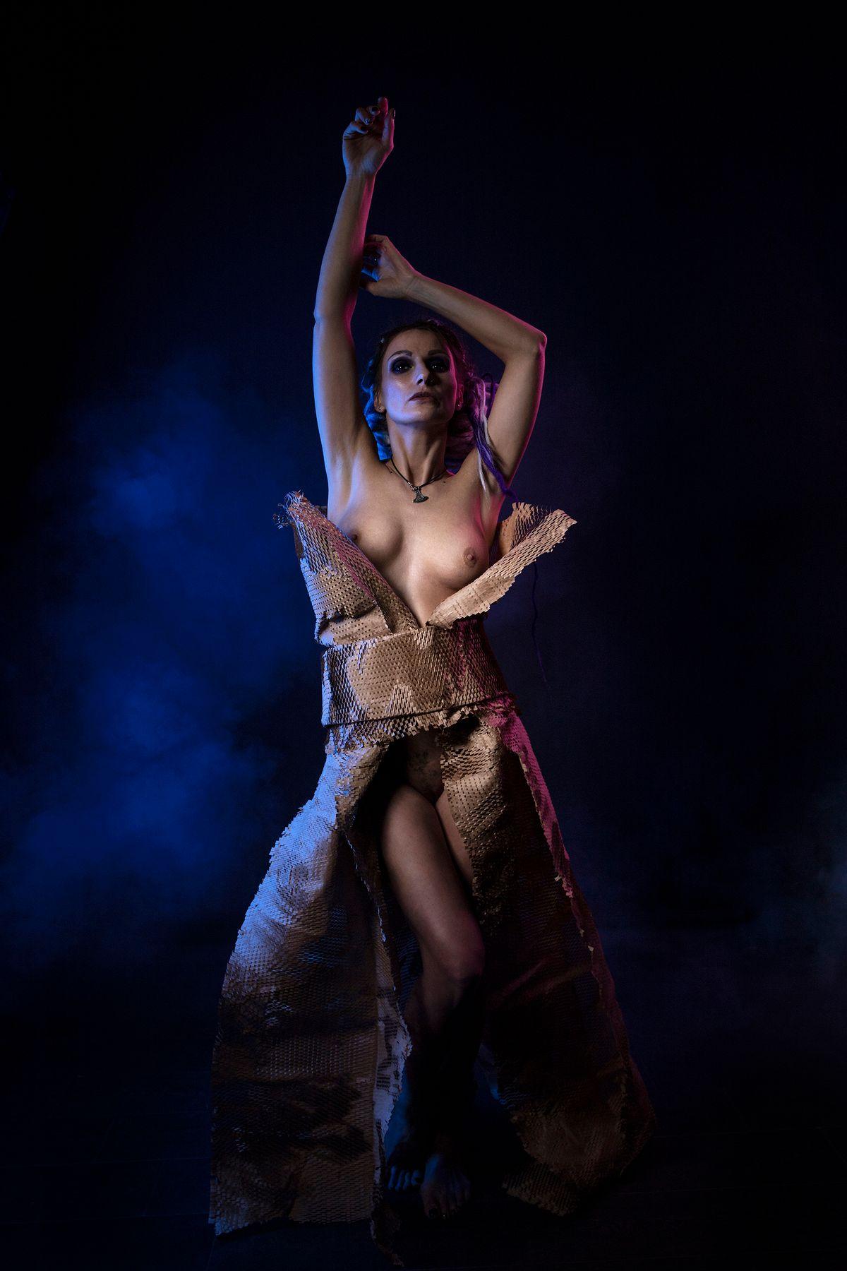 Модель Анна девушка бумага фотостудия платье