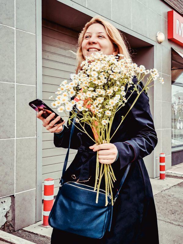 Ромашковое лето стрит фото улица город девушка цветы букет ромашки радость улыбка счастье мгновение Россия 2021