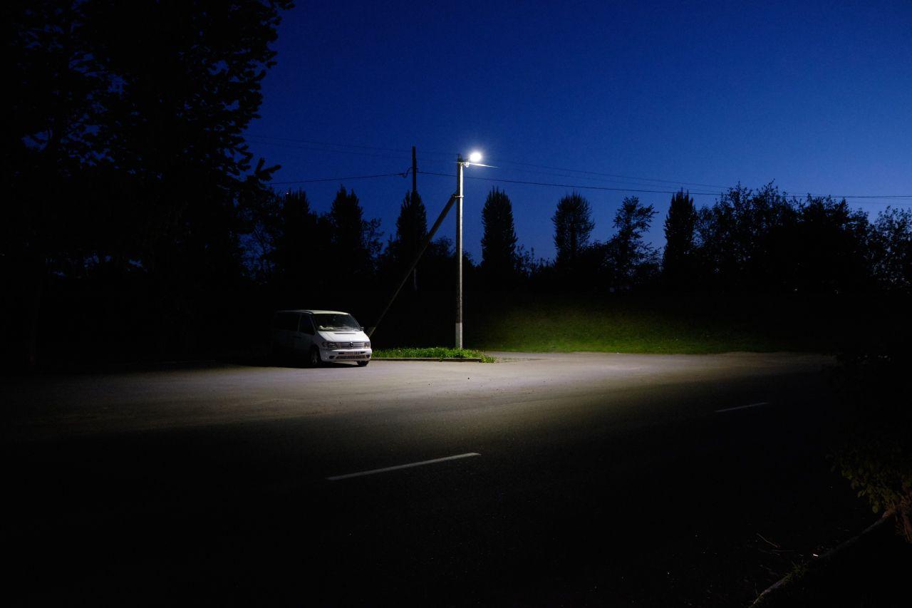 Спящий автомобиль вечер улица фонарь автомобиль деревья небо