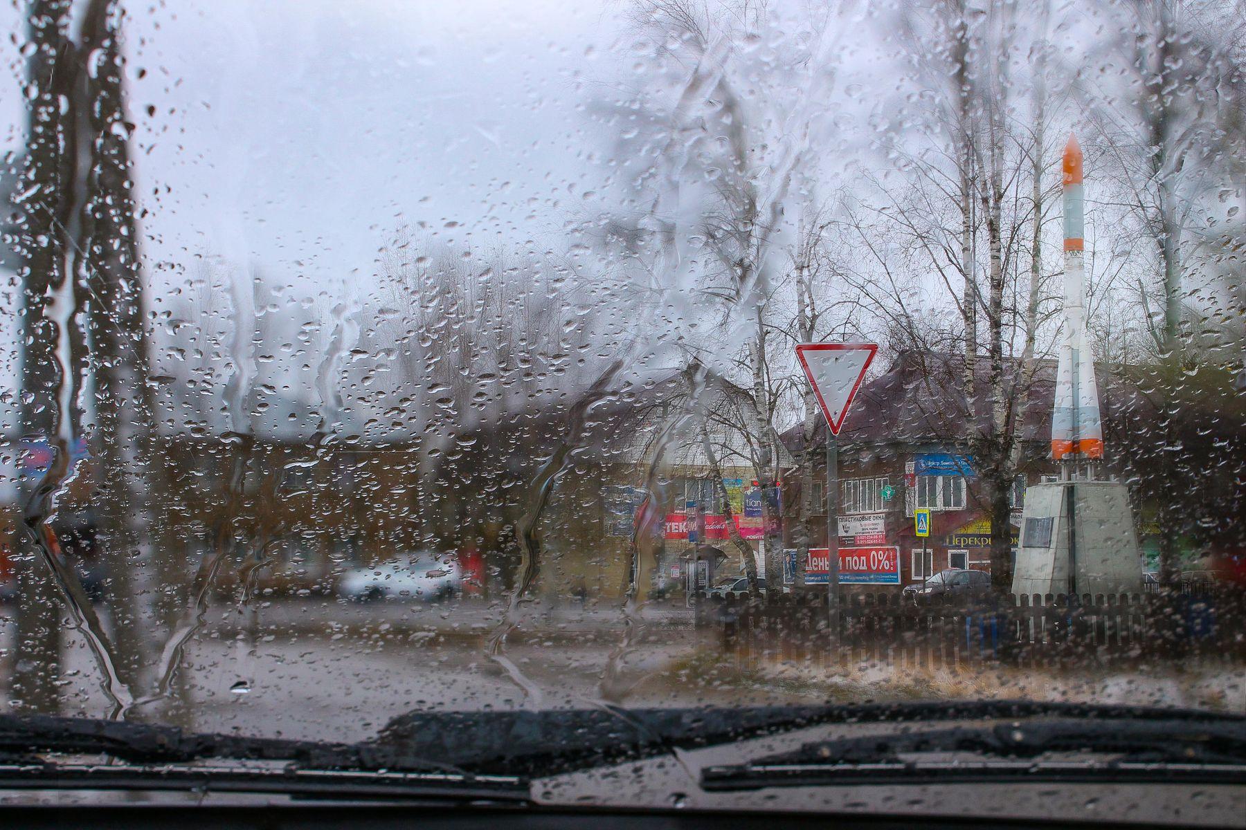 Дождливый день сквозь окно автомобиля Село хмуро дождь