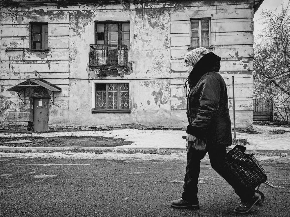 Из серии «Уличная экзистенция» Россия 2021 стрит фото улица люди фотограф наблюдения экзистенция город будни день архитектура дом разруха старый жилье двор бабушка коляска окна