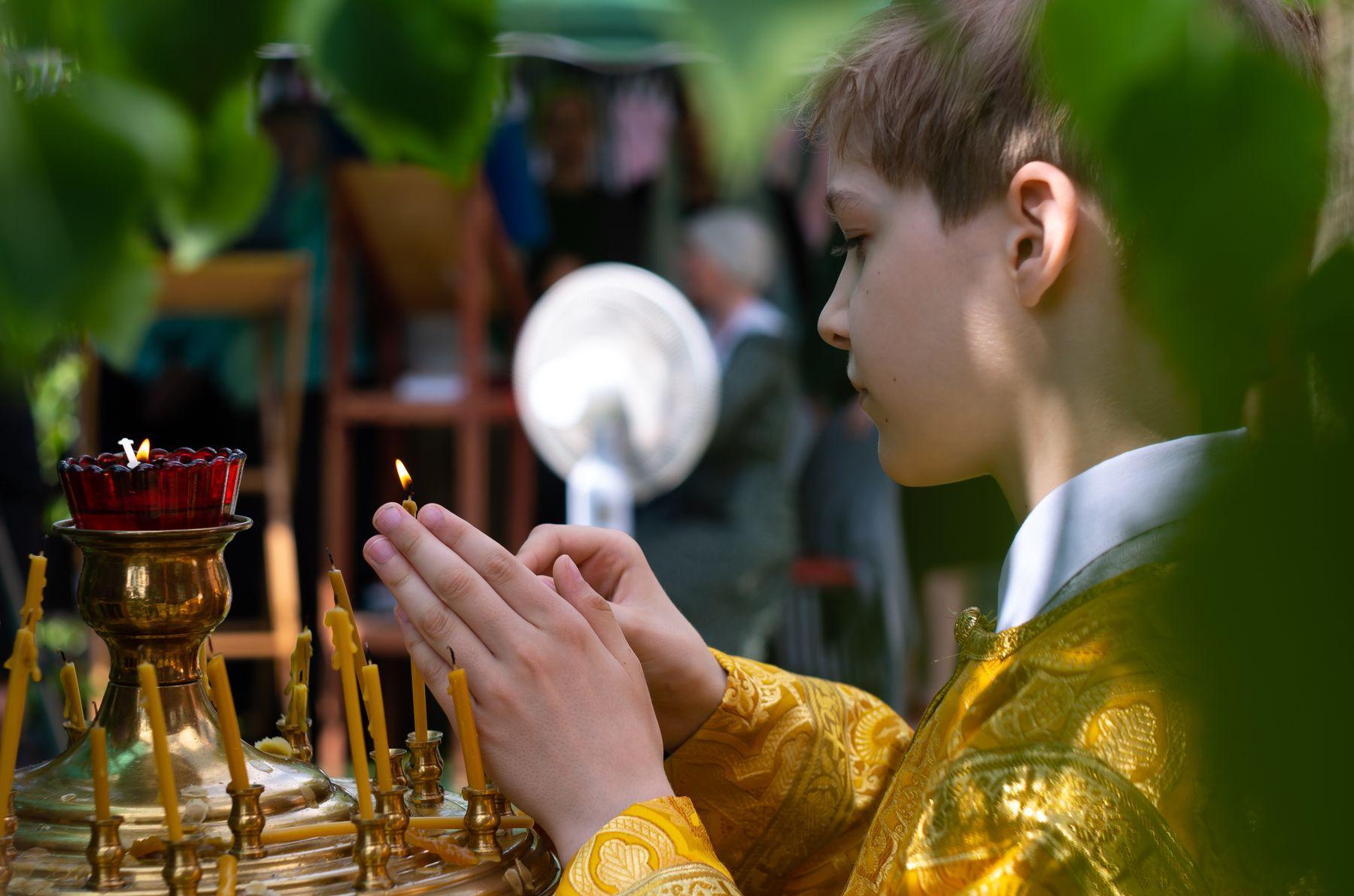 Мальчик служка на уличной службе Святой Троицы церковь служба мальчик свечи Троица пентакс