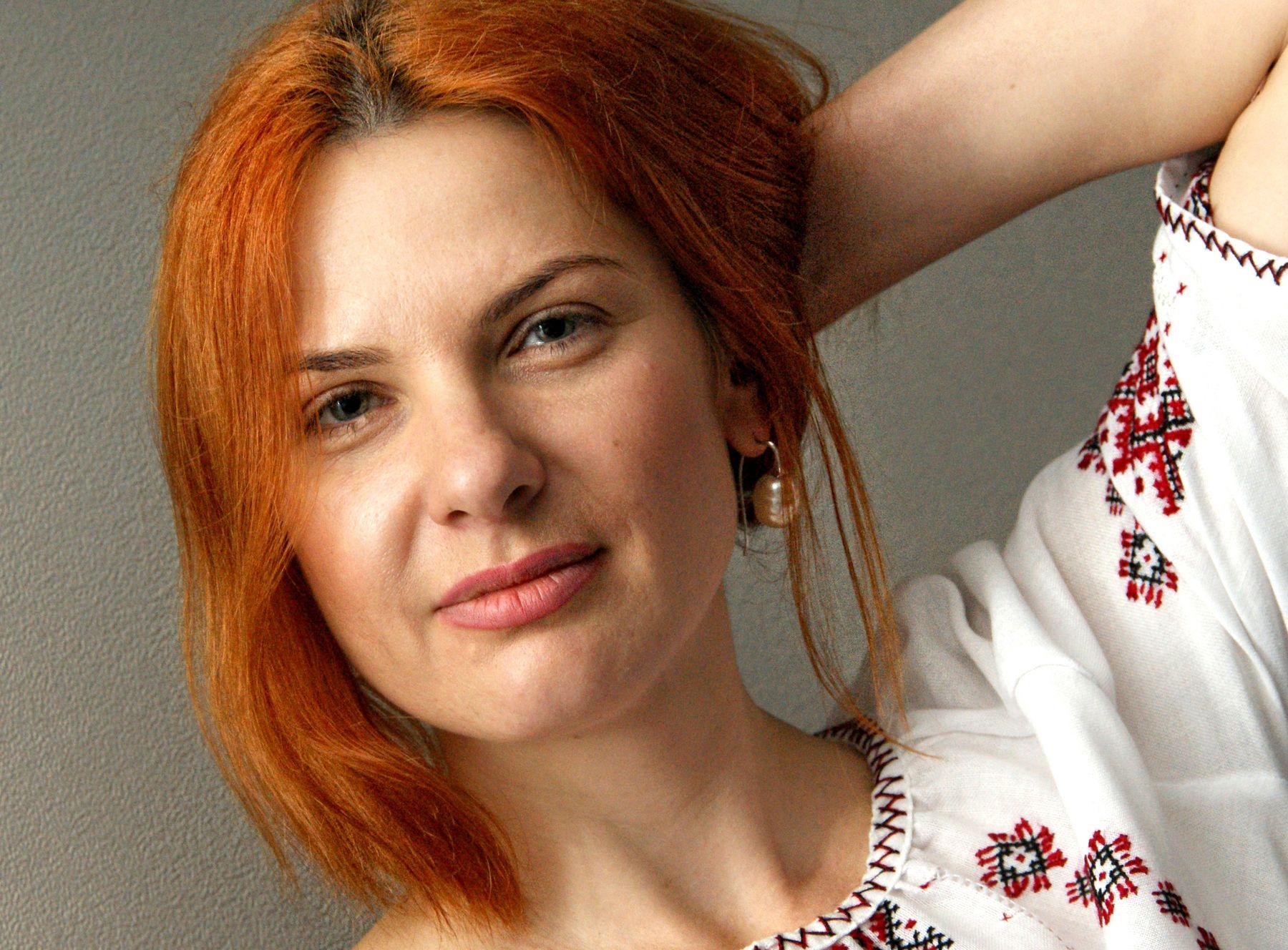 Портрет Валентины Сергиенко Валя Сергиенко день вышиванки девушка рыжая