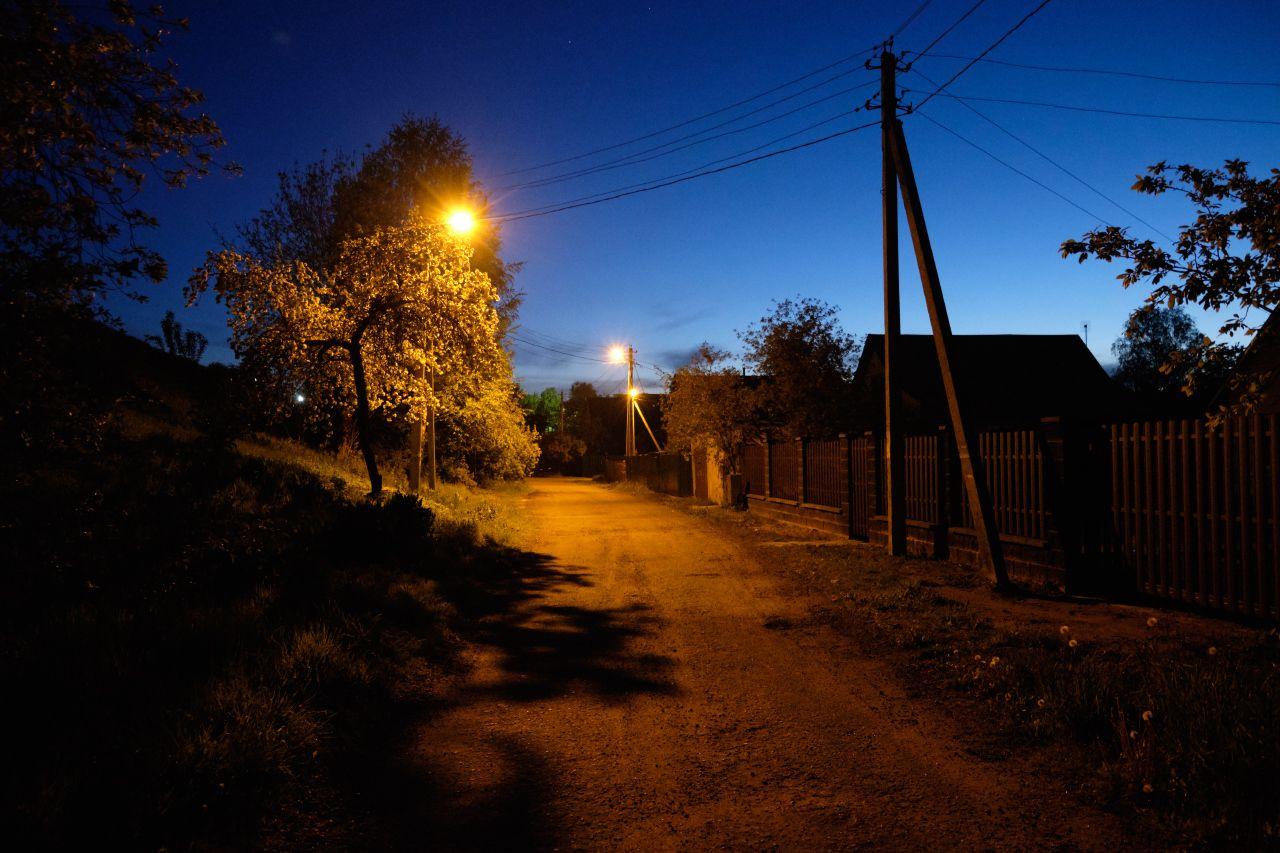 Вечер в пригороде 4 вечер улица деревья столбы фонари дома