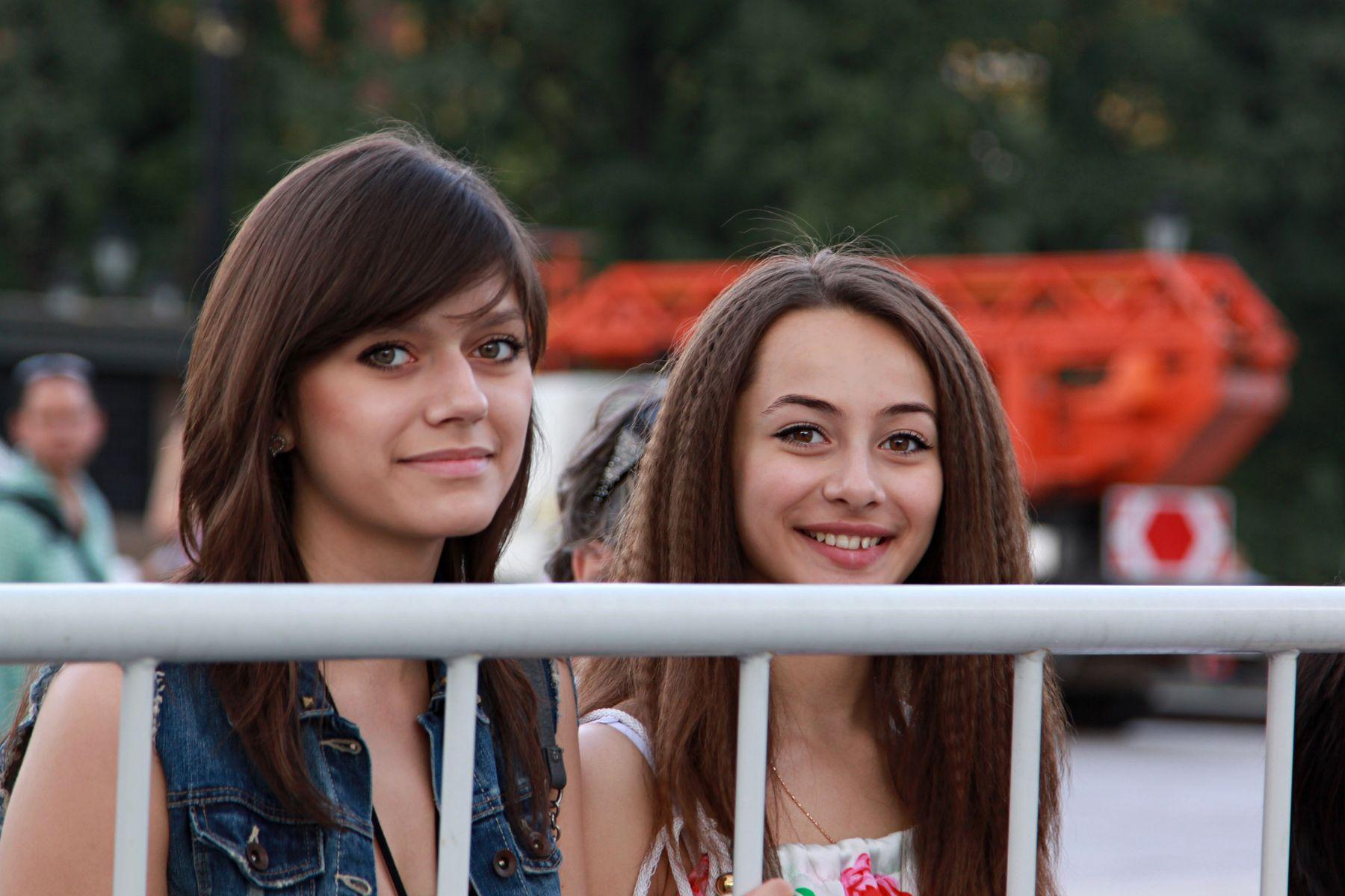 Подруги люди лица город прохожие уличный портрет стрит девушки красавицы
