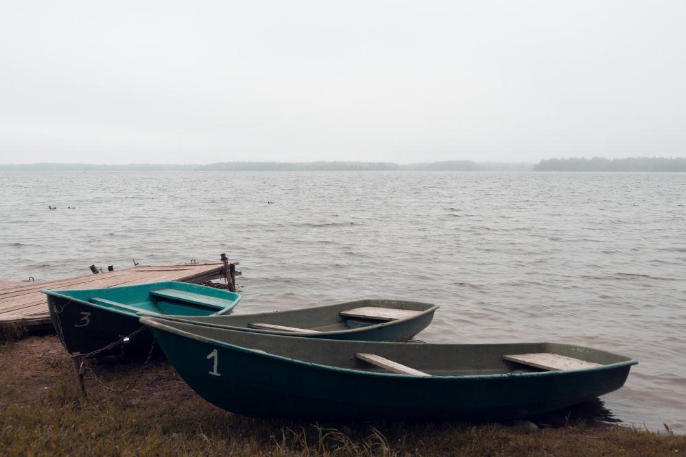 Из серии «Мёртвый сезон» Россия озеро пейзаж без людей пустота тишина природа отдых пусто грусть печаль меланхолия одиночество минимализм вода лодки