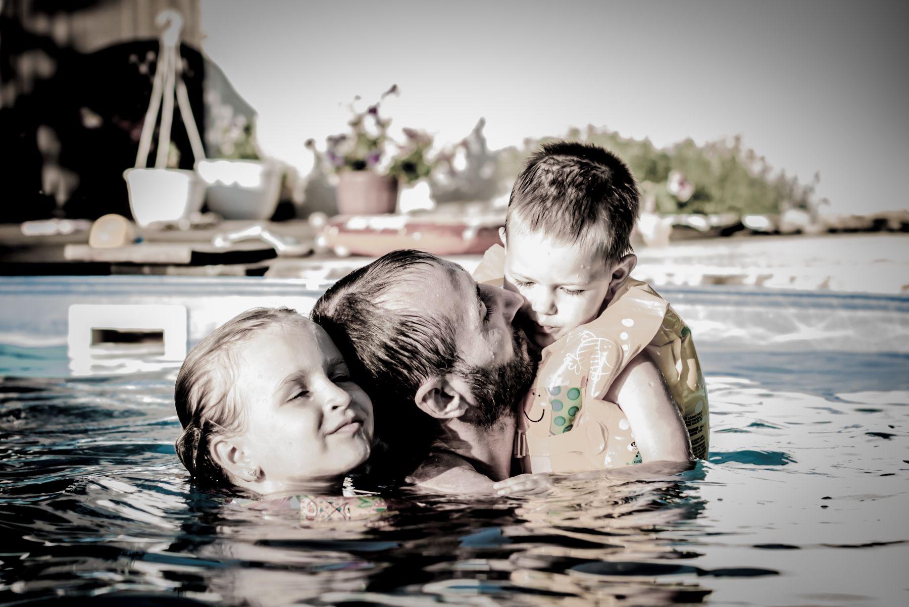 Отец и дети отец бассейн дети лето жара прохладная вода семейный отдых
