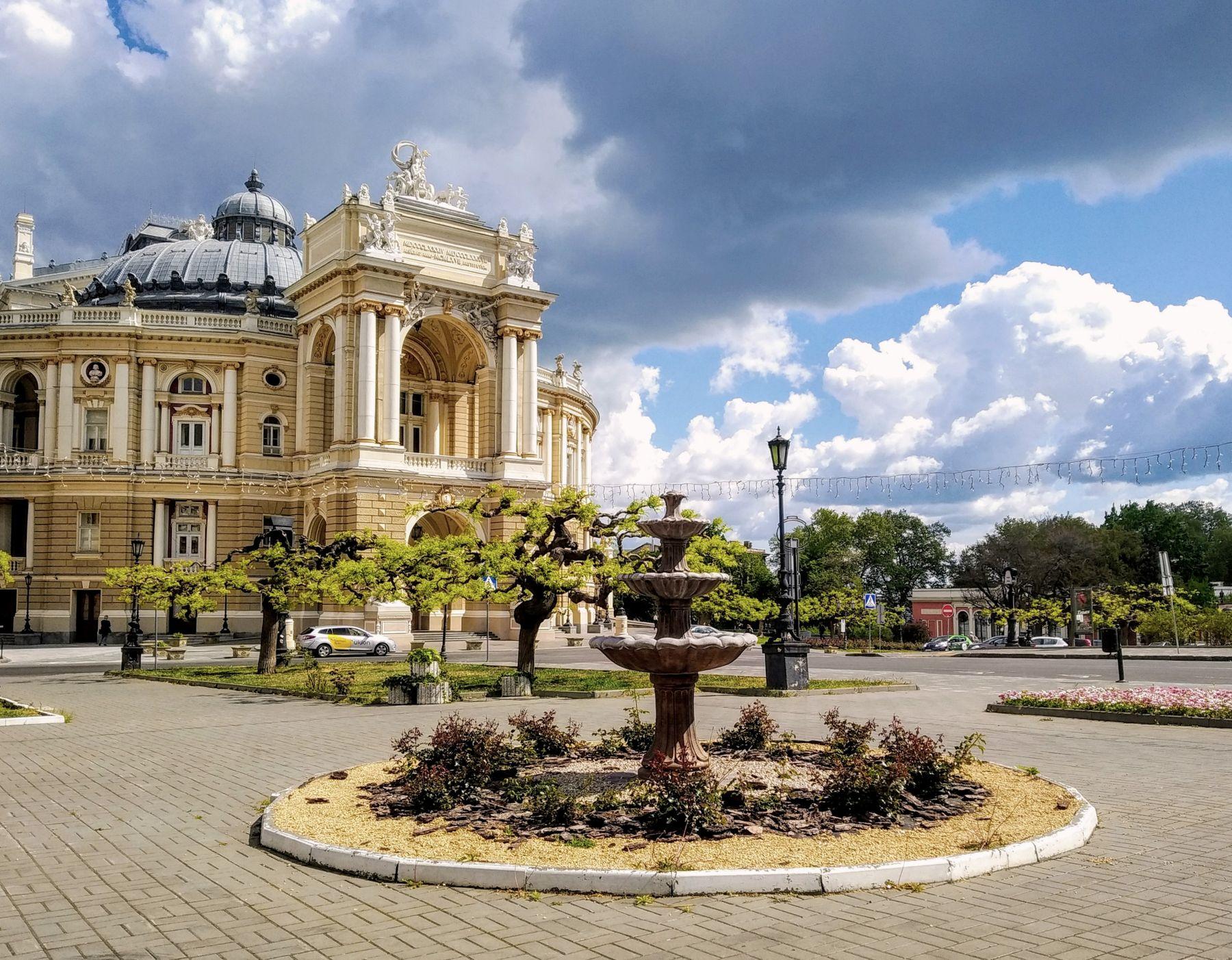 Майский день май одесса театр оперы и балета облака фонтан