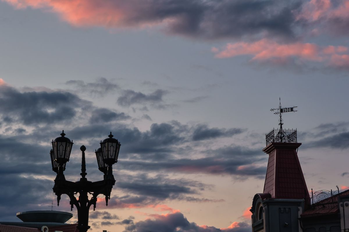 Окрасилось небо багрянцем закат небо фонари флюгер