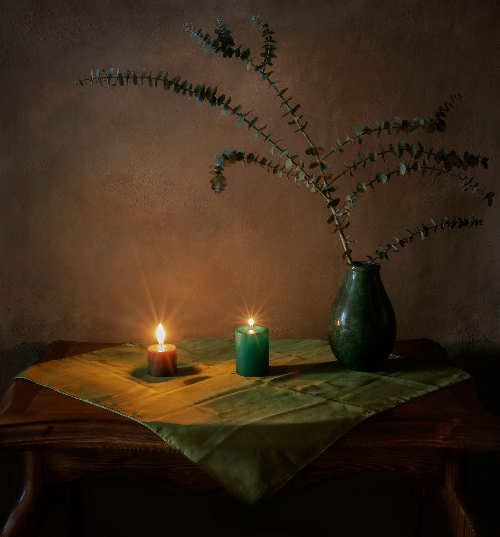 При свечах. ваза ветка свечи зелёный тон салфетка вечер блики лучики