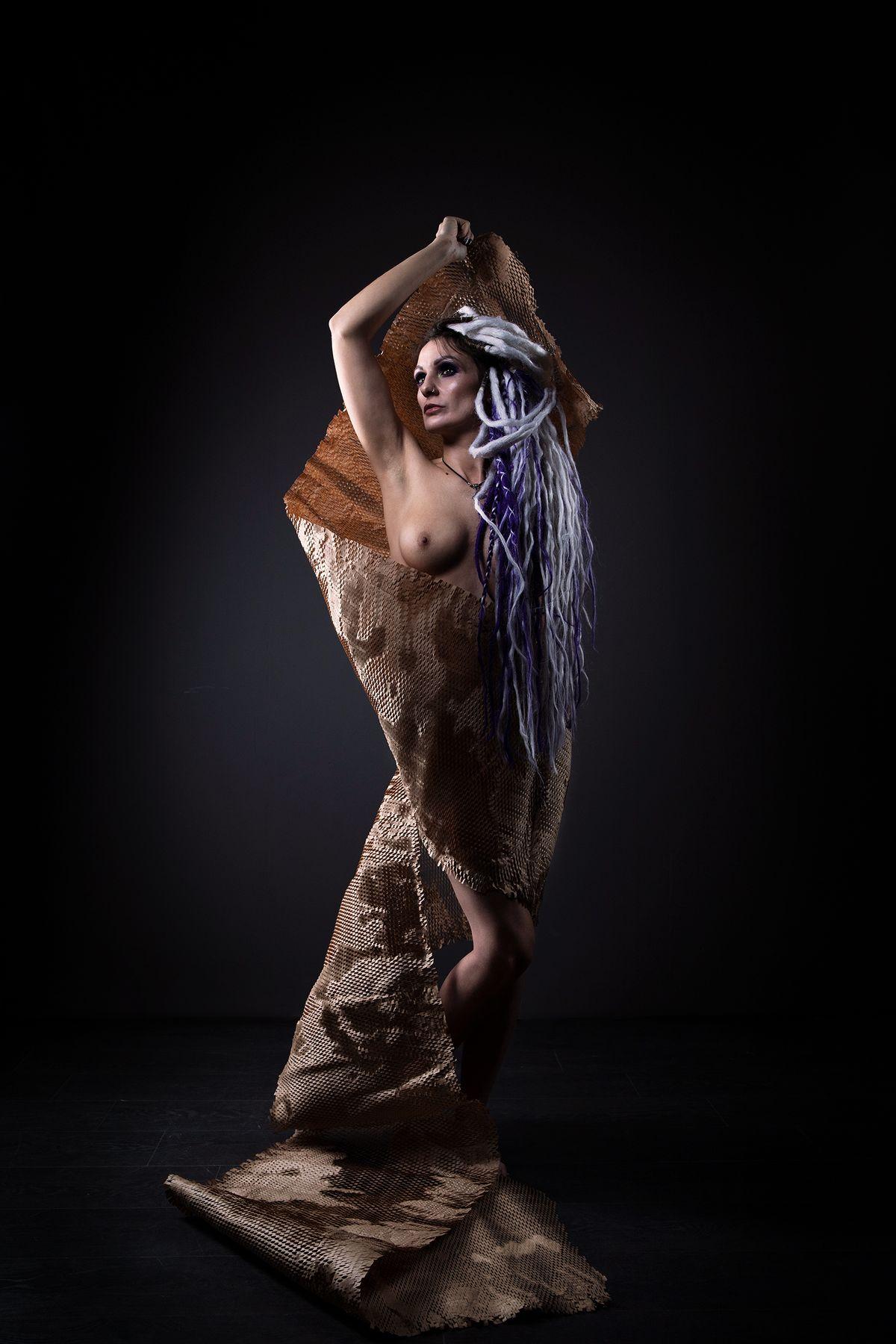 Модель Анна девушка бумага фотостудия